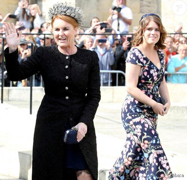 Sarah Ferguson, duchesse d'York, et sa fille la princesse Eugenie d'York au mariage de la chanteuse Ellie Goulding et de son compagnon Caspar Jopling le 31 août à York Minster, la cathédrale d'York, dans le nord de l'Angleterre.