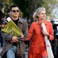 Rami Malek et sa compagne Lucy Boynton se promènent bras dessus bras dessous à Manhattan, New York, le 27 avril 2019.