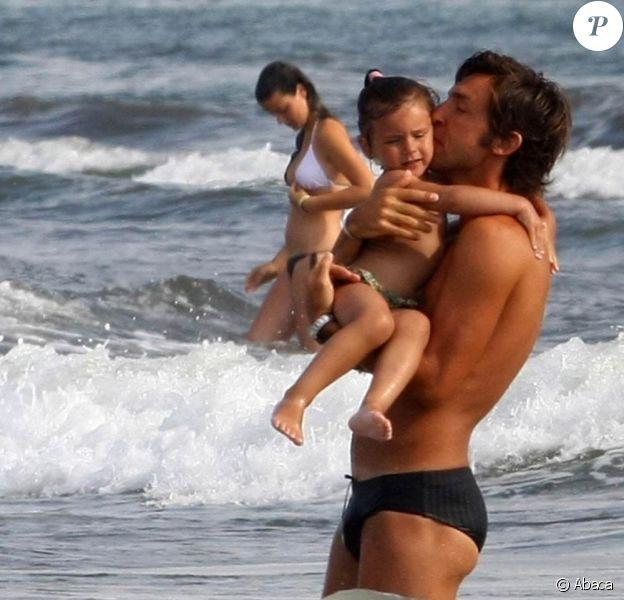 Andrea Pirlo passe de jolies vacances en Italie avec sa femme Deborah, leur fille Angela et leur fils Niccolo. 06/07/09