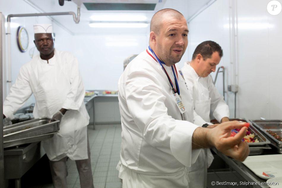 Guillaume Gomez, le cuisinier de l'Elysée, prépare le repas de Noël pour les militaires sur la base française à N'Djamena au Tchad. Le 22 décembre 2018. © Stéphane Lemouton/Bestimage