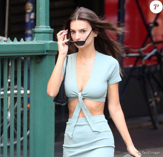 Emily Ratajkowski porte un ensemble jupe et trop top très moulant en balade dans les rues de New York, le 23 septembre 2019.
