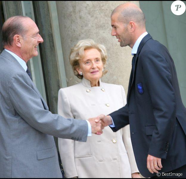 Jacques Chirac, avec son épouse Bernadette, reçoit Zinedine Zidane et l'équipe de France de football, à l'Élysée, en 2006.