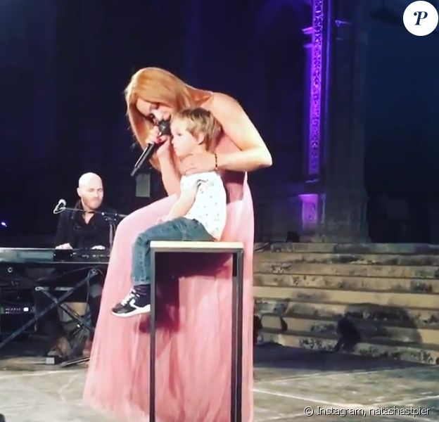 Natasha St-Pier et son fils Bixente, sur scène à Bordeaux, le 12 octobre 2019.