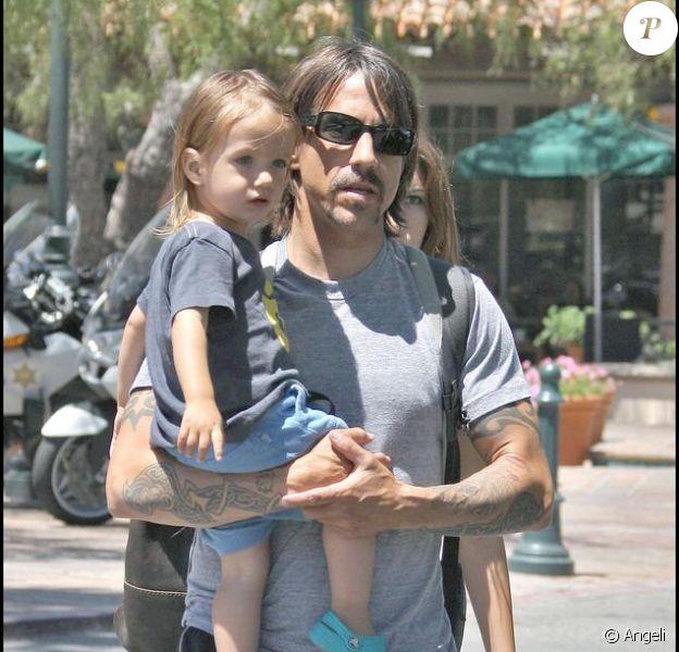 Anthony Kiedis et son fils Everly Bear à Malibu le 12 juillet 2009