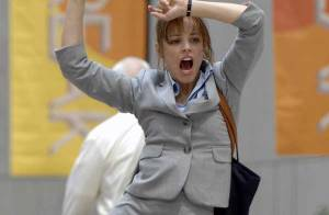 Quand la craquante Rachel McAdams... pète complètement les plombs en pleine rue !!!