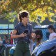 Exclusif - Zooey Deschanel porte sa fille Elsie Otter Pechenik dans les bras pour aller jouer au parc dans le quartier de Venice Beach à Los Angeles, le 3 octobre 2019.
