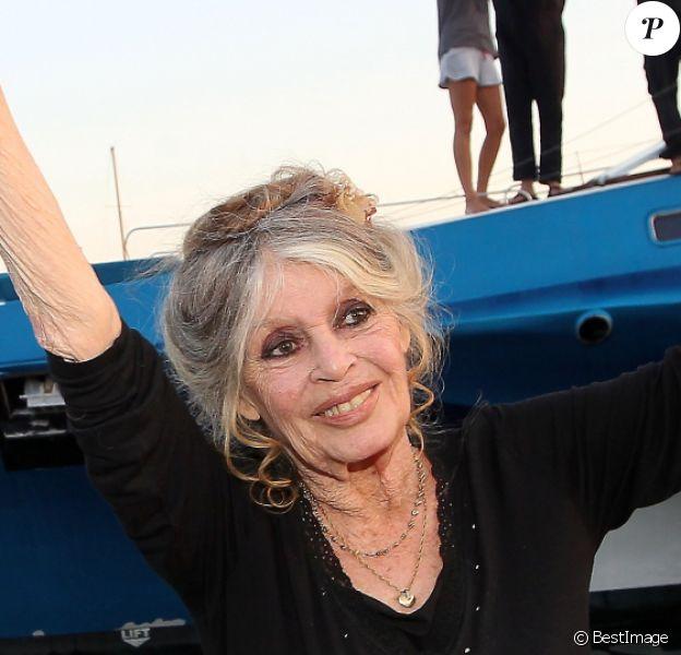 Brigitte Bardot pose avec l'équipage de Brigitte Bardot Sea Shepherd, le célèbre trimaran d'intervention de l'organisation écologiste, sur le port de Saint-Tropez, le 26 septembre 2014