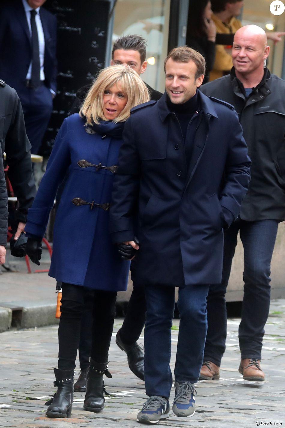"""Comme chaque année, le président Emmanuel Macron et sa femme Brigitte passent le week-end de la Toussaint à Honfleur dans le Calvados. Ils sont arrivés le mercredi 30 octobre dans la soirée et logent à la Ferme Saint-Siméon, un hôtel cinq étoiles de Honfleur. En ce troisième jour, après un déjeuner au restaurant """"Bistrot des Artistes"""" où ils ont leurs habitudes depuis des années et où ils avaient déjà déjeuné les deux jours précédents, le président Emmanuel Macron et la Première dame Brigitte Macron sont allés à la rencontre des habitants puis se sont offert une petite promenade sur la plage. Honfleur, le 2 novembre 2019."""
