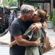 Exclusif - Alec Baldwin et sa femme Hilaria s'embrassent au milieu d'un passage piéton dans les rues de New York.