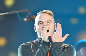 Jul : Bagarres et agressions pendant son concert, le chanteur s'excuse