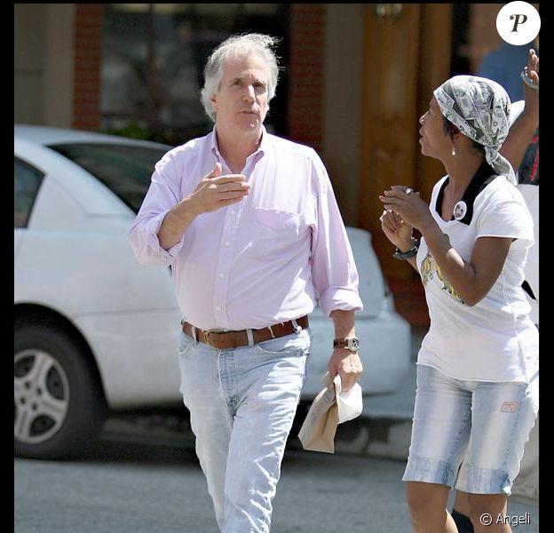 Henry Winkler arrêté par une jeune femme à la sortie d'un centre médical à Beverly Hills le 20 juillet 2009.