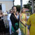 Les mannequins Shanina Shaik et Hanna Ferguson assistent au mariage de Devon Windsor et Johnny Dex à Saint-Barthélemy, le 16 novembre 2019.