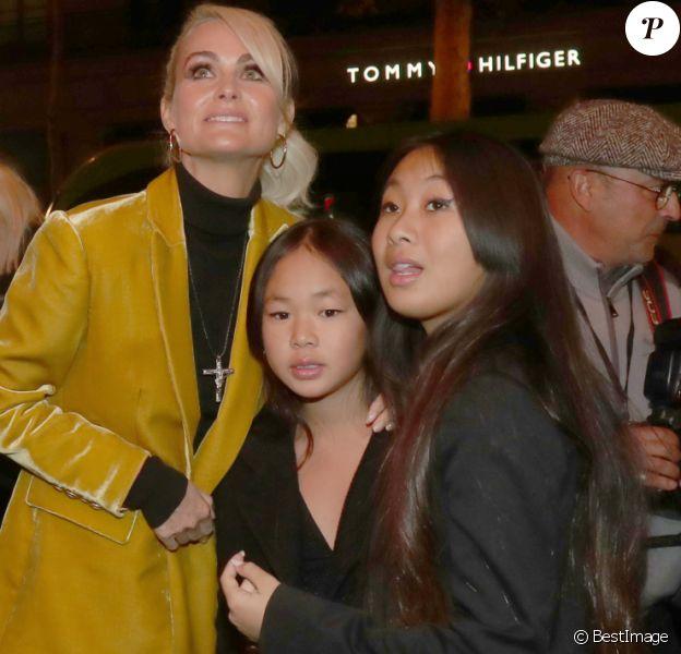 """Laeticia Hallyday et ses filles Jade et Joy arrivent à la soirée """"Johnny Hallyday, Un soir à l'Olympia"""" à Paris le 1er décembre 2019."""
