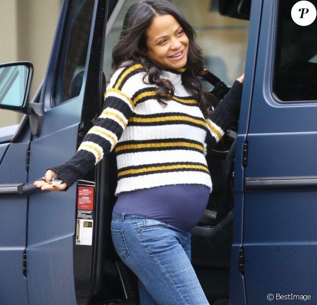 Christina Milian enceinte est allée se faire pomponner au Drybar du quartier de Sherman Oaks à Los Angeles, le 4 décembre 2019