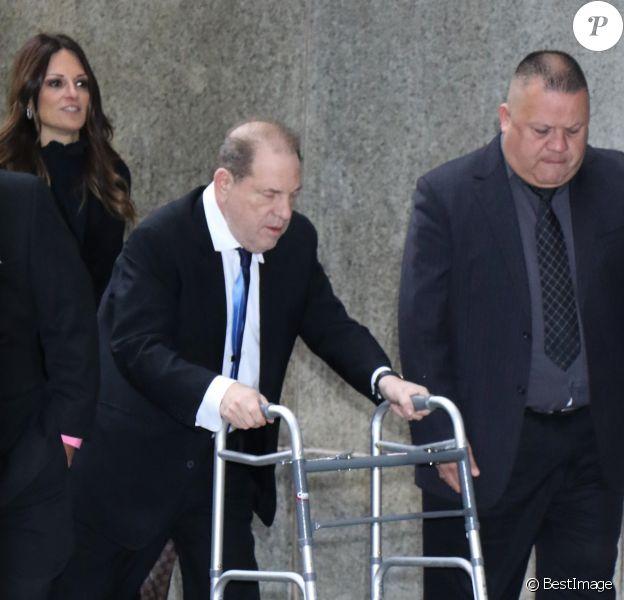 Harvey Weinstein arrive au tribunal en déambulateur à New York le 11 décembre 2019. Harvey Weinstein a vu sa caution augmenter car il a omis de porter son bracelet électronique. Le procureur avait demandé une caution de 5 millions de dollars mais le juge a accepté de la baisser à 2 millions. Harvey Weinstein marche avec un déambulateur car il souffre du dos. Il doit être opéré le lendemain de cette audience.