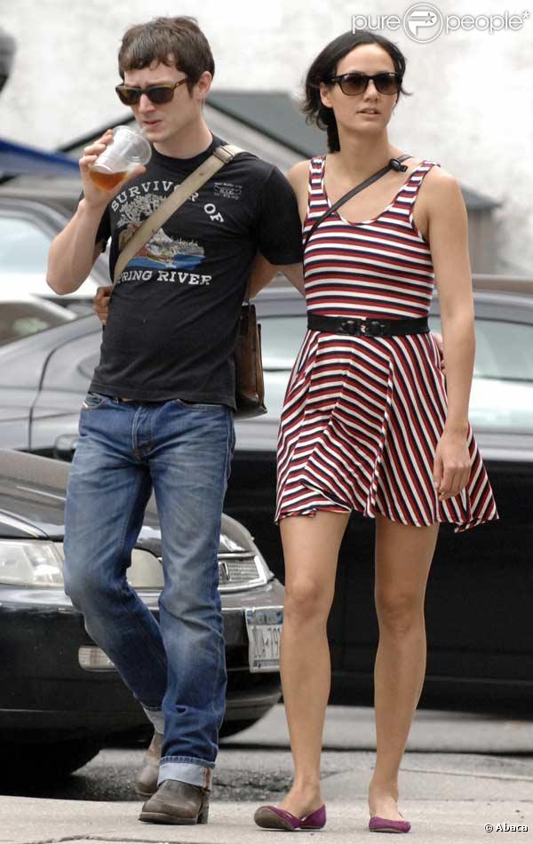 Elijah Wood et sa petite amie se promènent à Soho, New York .