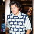 Harry Styles porte un pull avec des moutons tricotés à la sortie d'un immeuble à New York, le 12 novembre 2019