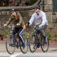Exclusif - Chris Pratt et sa femme Katherine Schwarzenegger font du vélo en amoureux dans le quartier de Piedmont Park à Atlanta, le 22 novembre 2019