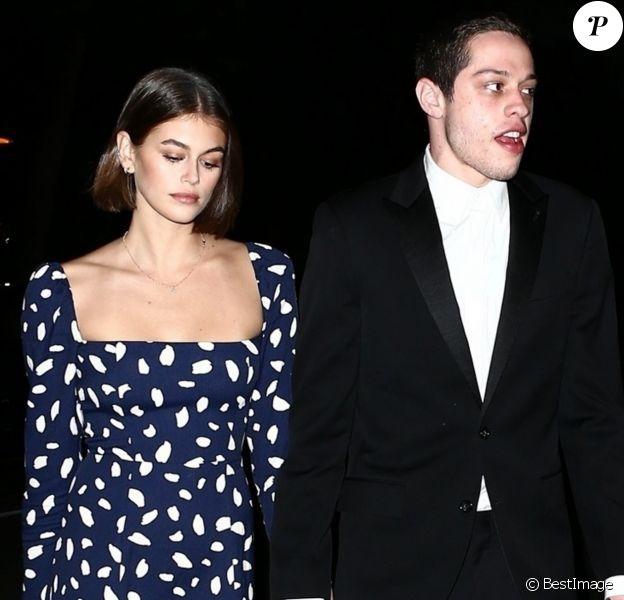 Kaia Gerber et son compagnon Pete Davidson se sont rendus samedi soir à la fête de mariage d'un couple d'amis. Dans l'après-midi, le couple a été aperçu s'embrassant langoureusement au bord d'une piscine d'un hôtel à Miami le 23 Novembre 2019.