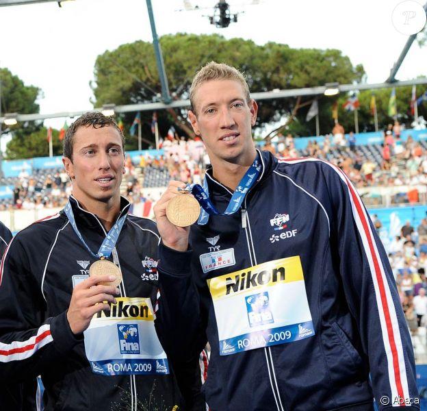 Alain Bernard et Frédérick Bousquet, médaillés de bronze sur le relais 4x100 (photo), ont dû se contenter des 2e et 3e place sur 100 m nage libre, aux Mondiaux de Rome (juillet 2009)