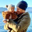 Le prince Harry avec son fils Archie dans les bras en décembre 2019, image d'illustration d'un montage vidéo que le duc de Sussex et la duchesse (Meghan Markle) ont diffusé sur leur compte Instagram @SussexRoyal, à quelques minutes du nouvel an 2020, pour retracer leur année 2019. Archie en est l'une des vedettes.