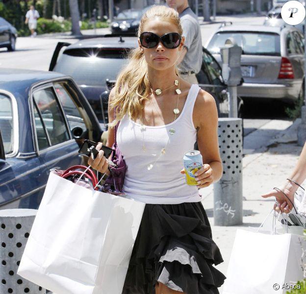 Denise Richards fait du shopping à Beverly Hills, le 31 juillet 2009
