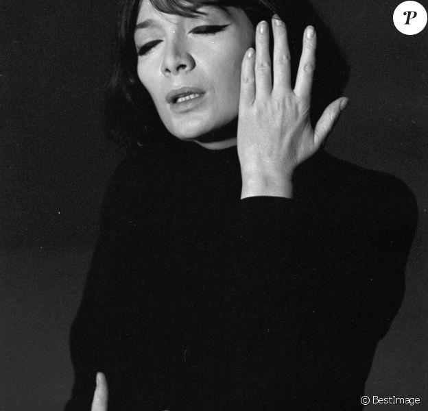"""Archives - En France, à Paris, portrait de Juliette Gréco sur le plateau de """"Discorama"""""""