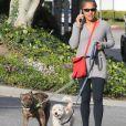 Exclusif - Doria Ragland, la mère de Meghan Markle, promène ses chiens à Los Angeles, le 9 janvier 2020.