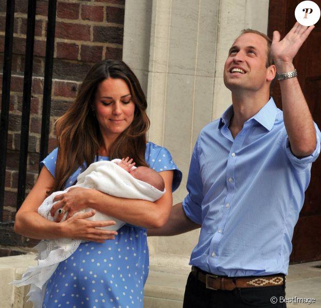 Le prince William et Kate Middleton, duchesse de Cambridge quittent l'hopital St-Mary avec leur fils George de Cambridge a Londres le 23 juillet 2013.