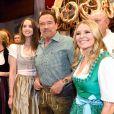 Arnold Schwarzenegger entre sa fille Christina et sa compagne Heather Milligan lors de la 29ème Weisswurstparty à l'hôtel Stanglwirt à Going, Autriche, le 27 janvier 2020.