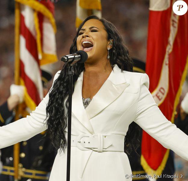 Demi Lovato chante l'hymne national avant le début du match du 54ème Super Bowl au Hard Rock Stadium à Miami, Floride, Etats-Unis, le 2 février 2020. © Paul Kitagaki Jr./Zuma Press/Bestimage