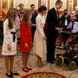 L'infante Sofia, la princesse Leonor des Asturies et leurs parents le roi Felipe VI et la reine Letizia d'Espagne lors des salutations aux parlementaires (ici, Pablo Echenique de Podemos) au Congrès à Madrid le 3 février 2020 à l'issue de la cérémonie d'ouverture de la XIVe législature du Parlement espagnol.