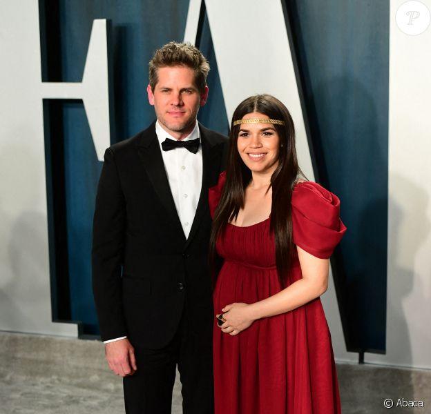 Ryan Piers Williams et America Ferrera (enceinte) lors du photocall des arrivées de la 92ème cérémonie des Oscars 2019 au Hollywood and Highland à Los Angeles, Californie, Etats-Unis, le 9 février 2020.