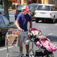 Jerry O'Connell fait les courses avec ses jumelles Dolly Rebecca Rose et Charlie Tamara Tulip, à Los Angeles. 09/08/09