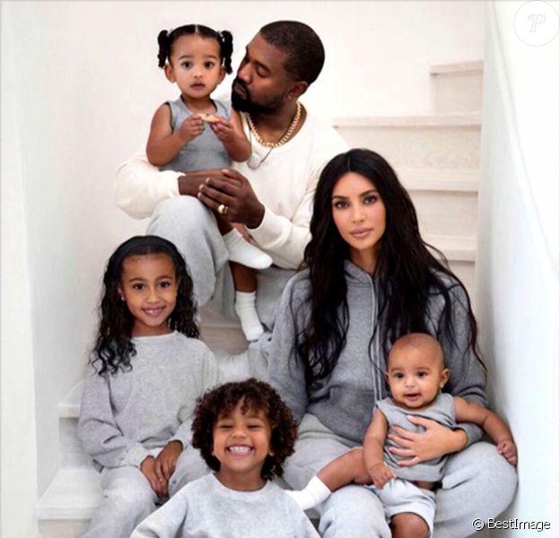 Illustration carte de noël famille Kardashian - Kim Kardashian sur le plateau de l'émission Ellen DeGeneres à Los Angeles, le 17 décembre 2019