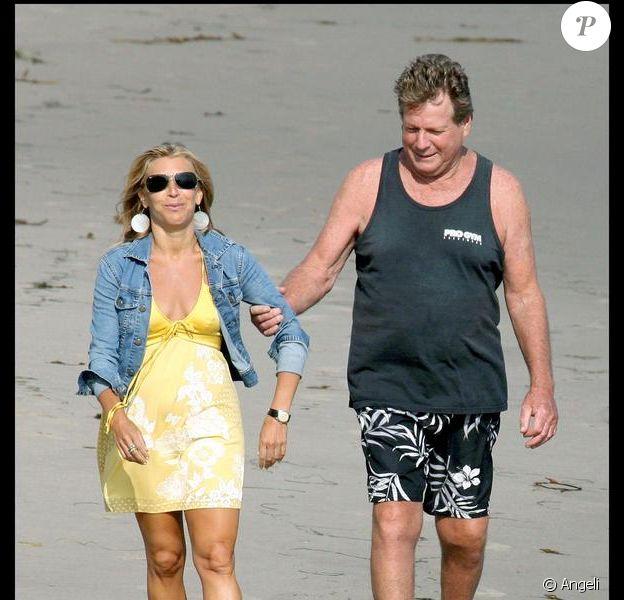 Ryan O'Neal sur une plage de Malibu, entourée de deux charmantes amies. 09/08/09