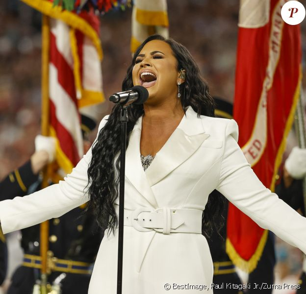 Demi Lovato chante l'hymne national avant le début du match du 54ème Super Bowl au Hard Rock Stadium à Miami, Floride, Etats-Unis, le 2 février 2020. © Paul Kitagaki Jr./Zuma Press/Bestimage