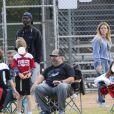 Exclusif - Hilary Duff alerte la police, à cause de la présence d'un homme muni d'un appareil photo, sur le terrain de football où son fils Luca joue au Flag football à Los Angeles, le 22 février 2020.