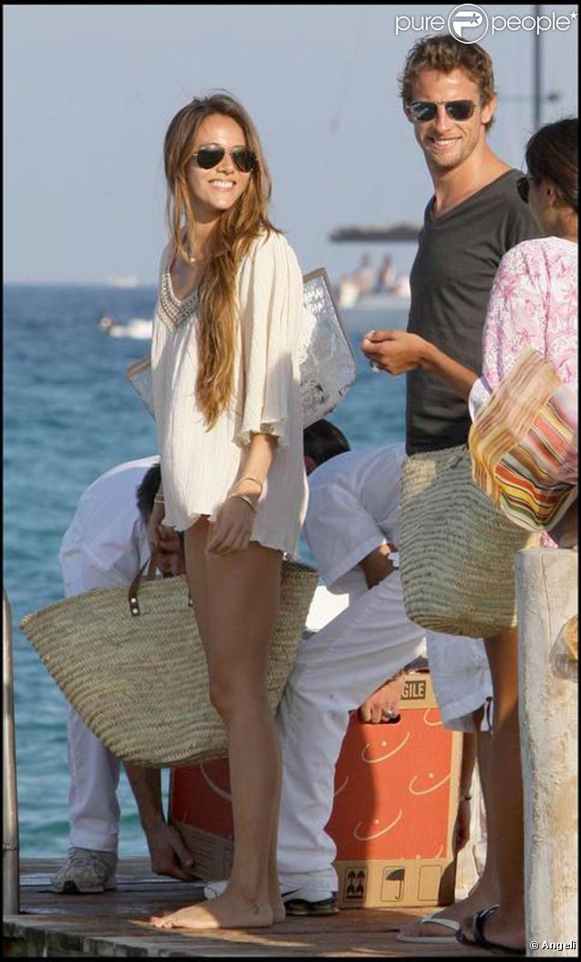 Jenson Button et sa compagne Jessica Michibata, aux anges pendant leurs vacances dans la baie de Saint-Tropez, le 12 août 2009