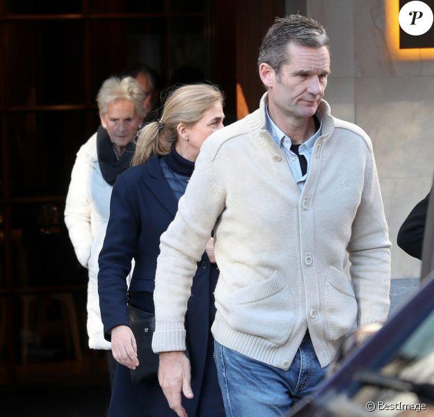 Iñaki Urdangarin, sa femme l'infante Cristina d'Espagne et sa mère Claire Liebaert à la sortie d'un restaurant de Vitoria le 20 février 2020. Le beau-frère du roi Felipe VI profitait du dernier jour de sa permission de sortie.
