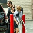 Angelina Jolie est allée au cinéma avec ses enfants Shiloh, Vivienne, Knox et Zahara à Los Angeles. La petite Shiloh marche difficilement à l'aide de béquilles. Le 9 mars 2020.