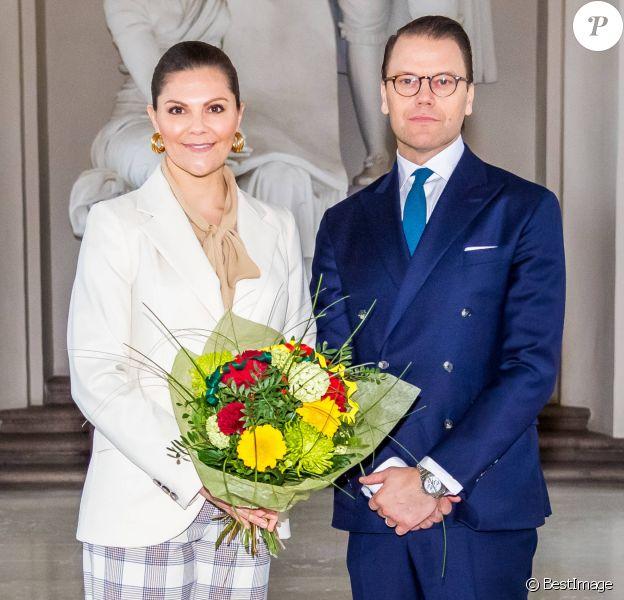 La princesse Victoria de Suède, accompagnée par son mari le prince Daniel, a célébré la Saint-Victoria d'une manière inédite pour cause de coronavirus, le 12 mars 2020 à Stockholm : au lieu de la traditionnelle parade militaire en extérieur et en présence d'un public nombreux, une rencontre en toute intimité avec quelques représentants des forces armées.