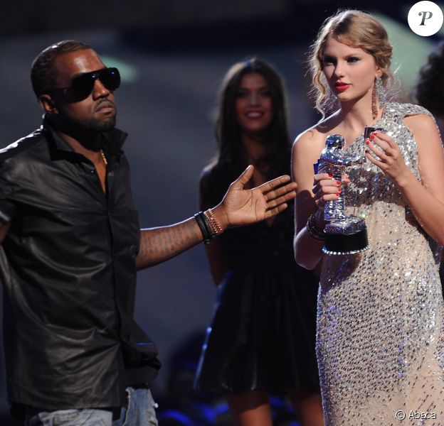 Kanye West et Taylor Swift aux MTV Video Music Awards 2009 à New York. Le rappeur avait contesté le prix de la chanteuse, affirmant qu'il devait être remis à Beyoncé. C'est ainsi que leur dispute a éclaté.
