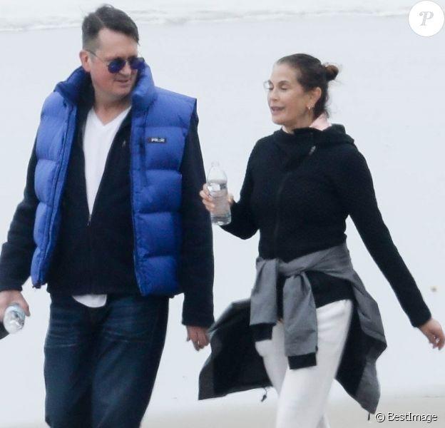 Exclusif - Teri Hatcher profite d'un rendez-vous romantique avec un homme mystérieux sur la plage de Malibu, Los Angeles, Californie. Le 7 mars 2020.