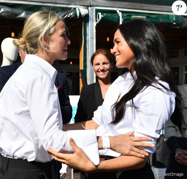 Meghan Markle, duchesse de Sussex et Misha Nonoo au magasin John Lewis sur Oxford Street pour le lancement de la collection capsule Smart Works à Londres le 12 septembre 2019.  The Duchess of Sussex (right) hugs designer Misha Nonoo at the launch the Smart Works capsule collection at John Lewis in Oxford Street, London.12/09/2019 - Londres