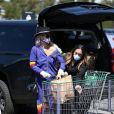 Première sortie pour Laeticia Hallyday depuis une semaine alors qu'elle est totalement confinée chez elle avec ses filles Jade et Joy, Maryline, Jean-Claude Sindres et sa femme Eléonore, pour aller faire ses courses au supermarché pour plusieurs jours à Los Angeles le 27 mars 2020.