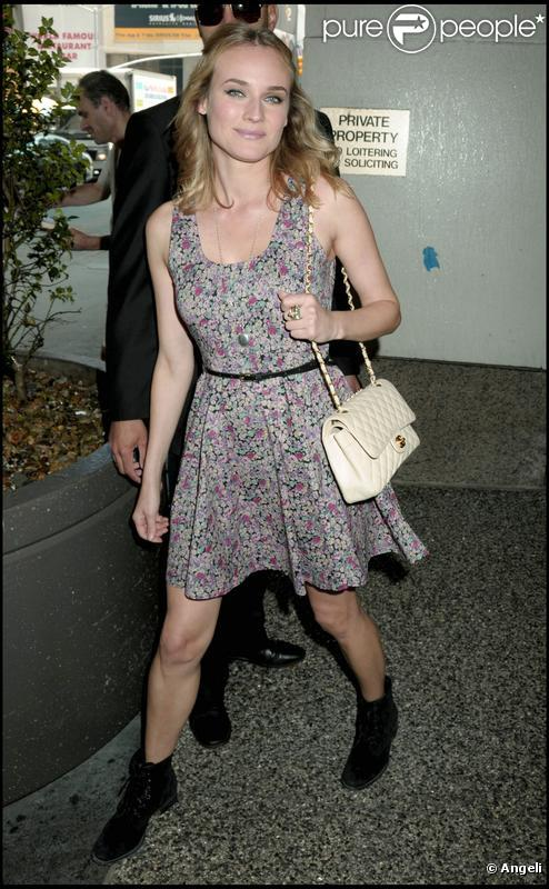 Diane Kruger version rock-glam avec sa robe liberty, ses boots et son sac Chanel, on adore !