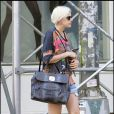Quand Agyness Deyn sort son short en jean et son t-shirt XXL et son sac couture.