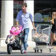 Jerry O'Connell fait des courses avec ses jumelles Dolly Rebecca Rose et Charlie Tamara Tulip. Aoüt 2009