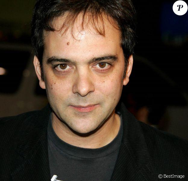 Info - Adam Schlesinger du groupe Fountain of Wayne est décédé des suites du coronavirus (COVID-19). Adam Schlesinger lors de la première du nouveau film de Warner Bros. Photos MUSIQUE ET PAROLES, tenue au théâtre chinois de Graumann. le 2 juillet 2007.